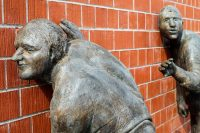 Picture representing sculptures listening to a wall
